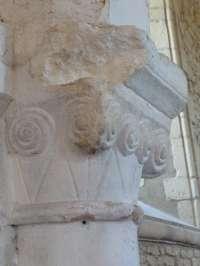 Eglise, intérieur, chapiteau roman à l'entrée du choeur